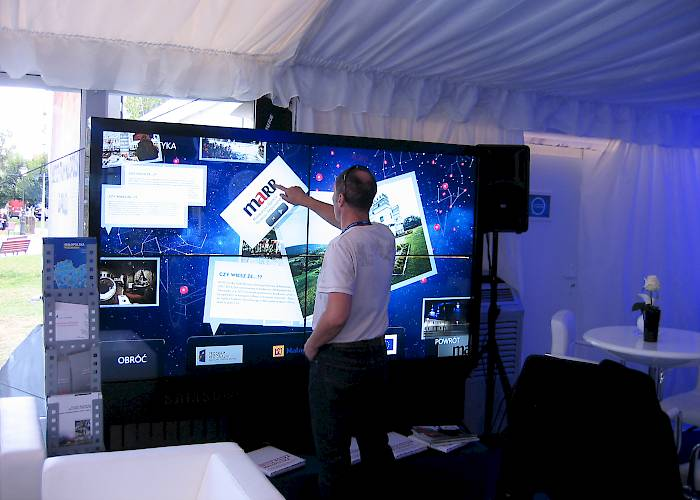 Multitouch wall with multimedia presentation